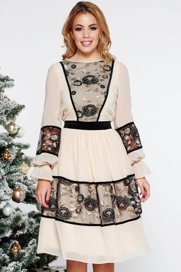 Bézs LaDonna elegáns harang ruha fátyol belső béléssel csipke díszítéssel