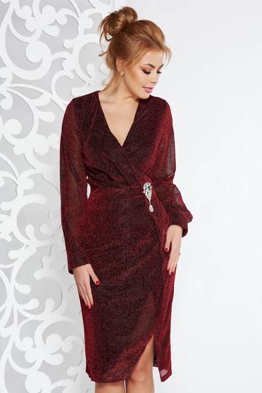Burgundy Artista alkalmi midi ruha fényes anyag bross kiegészítővel v-dekoltázzsal