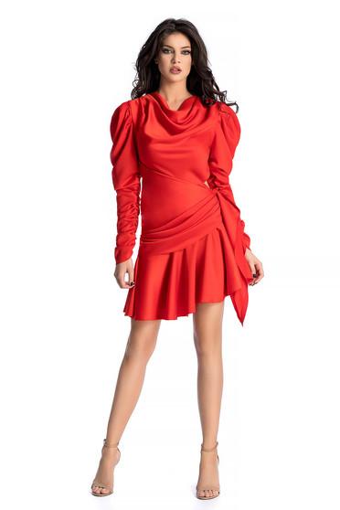 Piros Ana Radu ruha asszimmetrikus szabással szatén anyagból fodrokkal