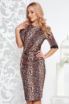 Barna Fofy elegáns ruha szűk szabás enyhén rugalmas anyag csipkés és flitteres díszítéssel