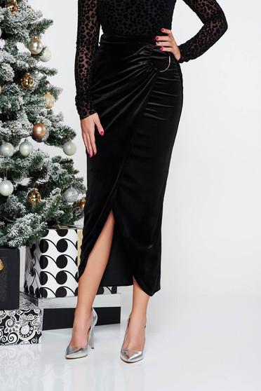 Fekete PrettyGirl elegáns aszimetrikus magas derekú bársony szoknya fémes kiegészítővel
