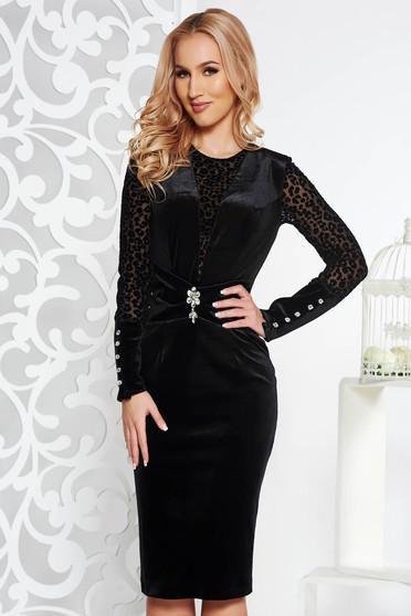 Fekete PrettyGirl alkalmi ceruza ruha bársony belső béléssel bross kiegészítővel