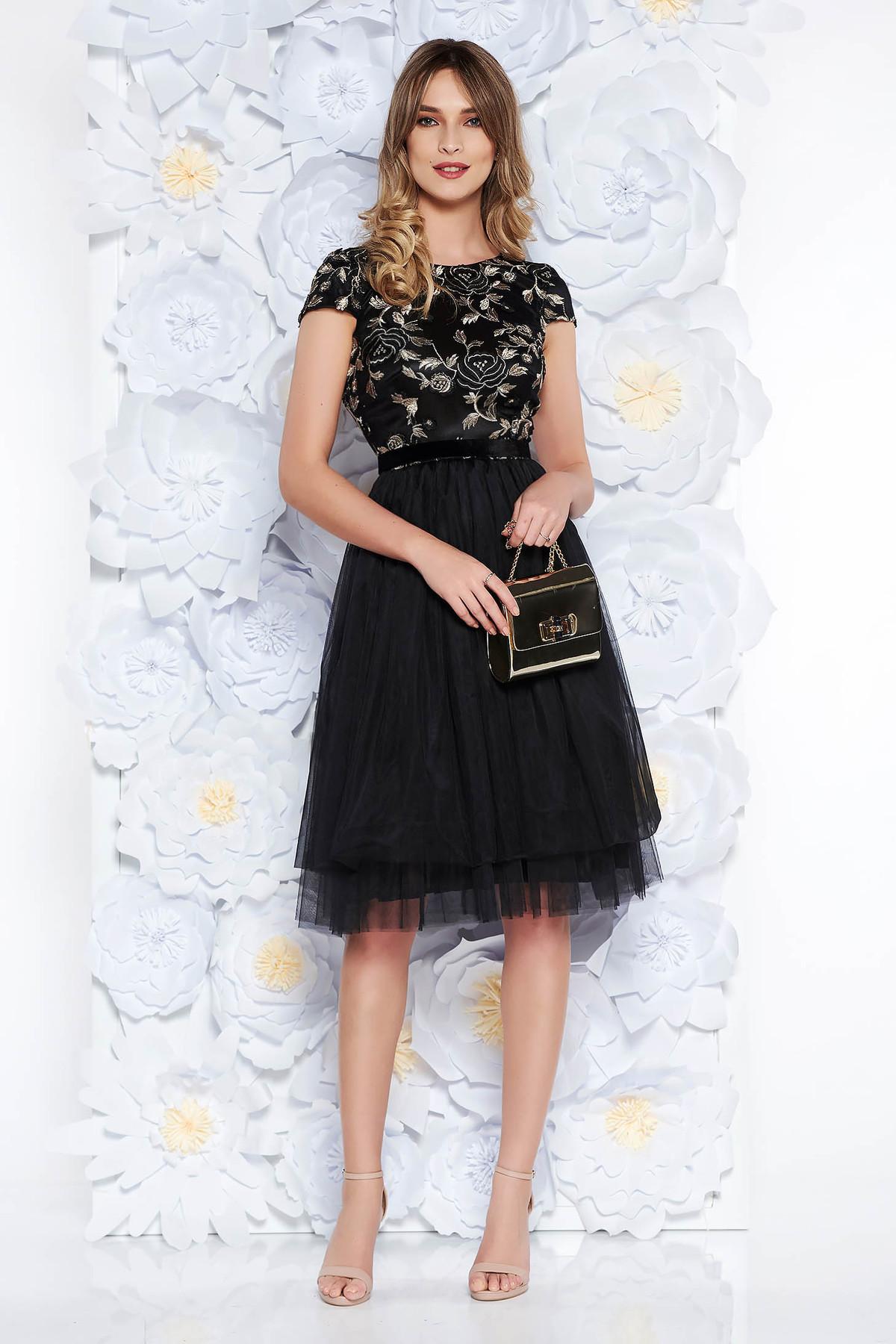 3cb991813e Fekete StarShinerS ruha alkalmi harang csipkés anyagból tüll belső béléssel  övvel ellátva