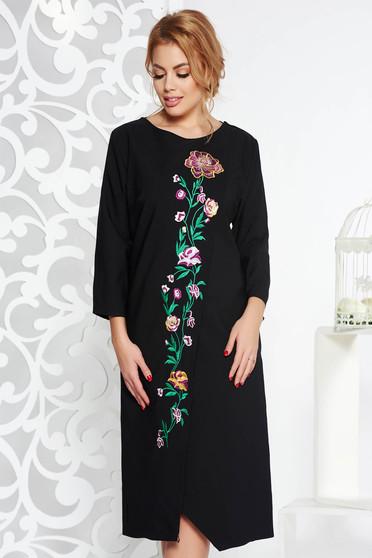 Fekete elegáns bő szabású ruha enyhén elasztikus szövet hímzett betétekkel