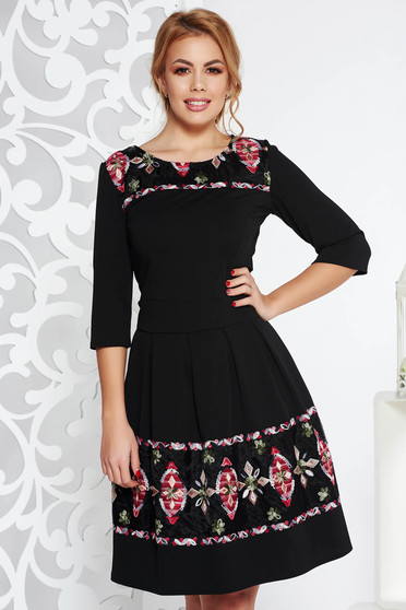 Fekete elegáns midi harang ruha rugalmas anyag hímzett berakásokkal