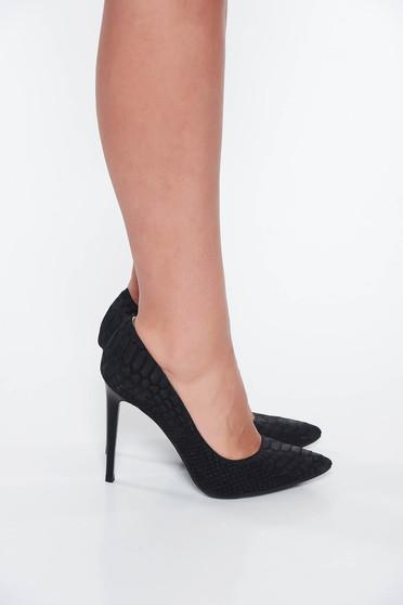 Fekete cipő enyhén hegyes orral texturált mintás bőrből