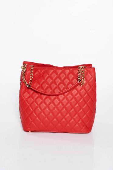 Piros irodai táska fém lánccal van ellátva