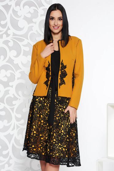 36503aef31 Mustar LaDonna elegáns két részes női kosztüm hímzett betétekkel hosszú  ujjakkal
