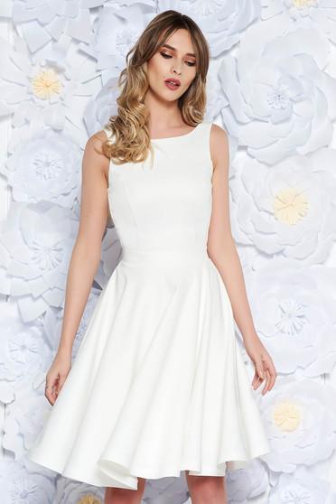 Fehér StarShinerS elegáns harang ruha enyhén rugalmas anyag belső béléssel  kivágott hátrész masni alakú kiegészítővel 403d3bfa34