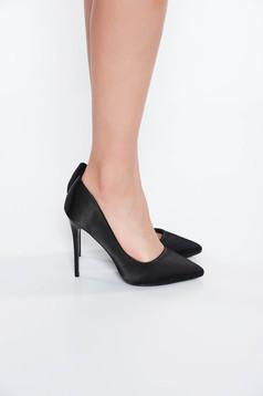 Fekete cipő elegáns magassarkú enyhén hegyes orral szatén anyagból