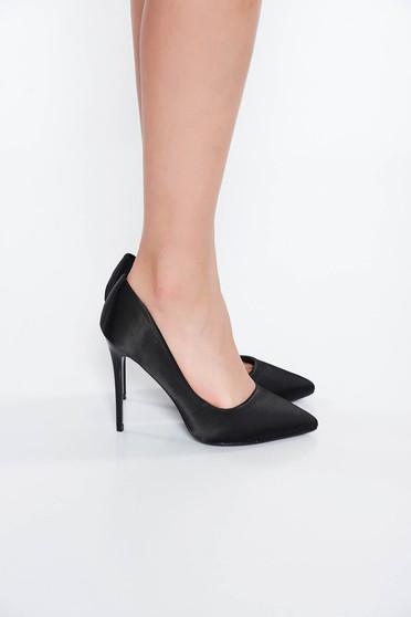 Fekete elegáns magassarkú cipő enyhén hegyes orral szatén anyagból