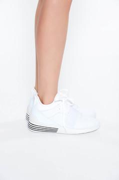Fehér casual lapos talpú sport cipő fűzővel köthető meg