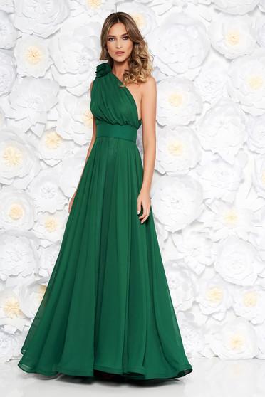 Zöld Ana Radu egy vállas ruha fátyol anyag övvel ellátva