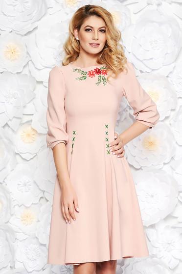 Világos rózsaszín LaDonna elegáns hímzett harang ruha enyhén elasztikus szövet háromnegyedes ujjú