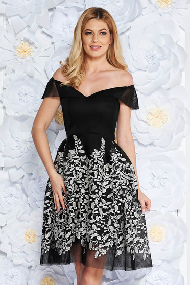 Fekete alkalmi hímzett harang ruha háló típusú anyag belső béléssel