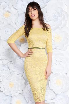 Sárga StarShinerS alkalmi midi ruha szűk szabás csipkés anyag belső béléssel övvel ellátva