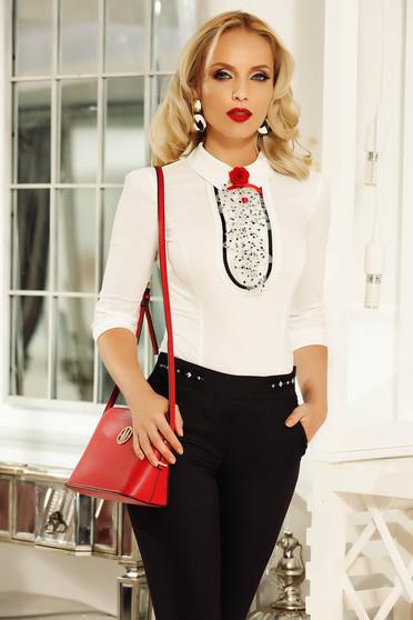 a3b3d6f692 Fehér Fofy elegáns női ing szűk szabás pamutból készült bross kiegészítővel