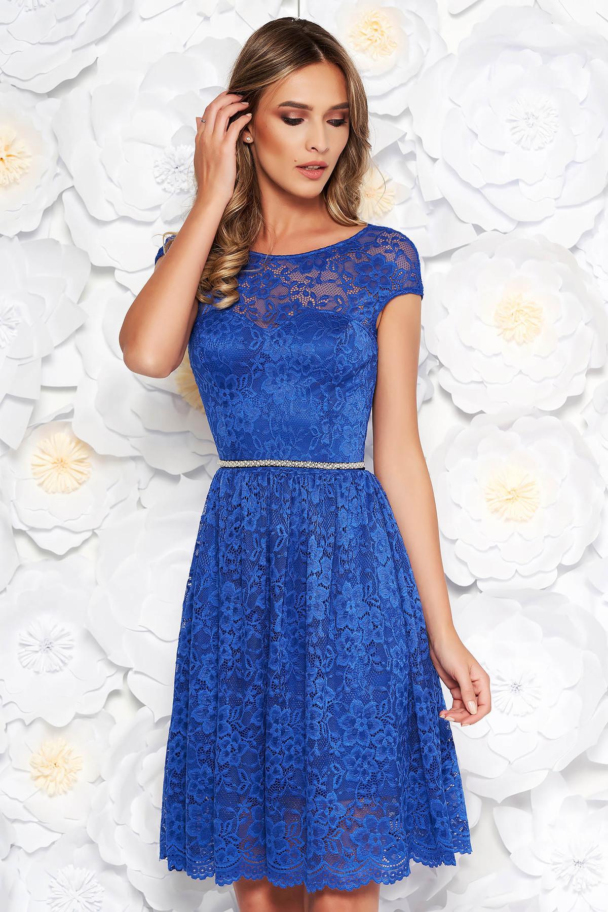 e1d2a62901 Kék StarShinerS elegáns harang ruha csipkés anyag belső béléssel övvel  ellátva