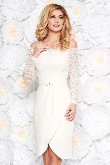 Fehér StarShinerS elegáns midi ruha csipkés anyagból övvel ellátva