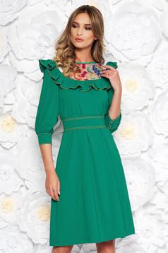 Zöld LaDonna elegáns bő szabású ruha enyhén rugalmas szövet hímzett belső béléssel övvel ellátva