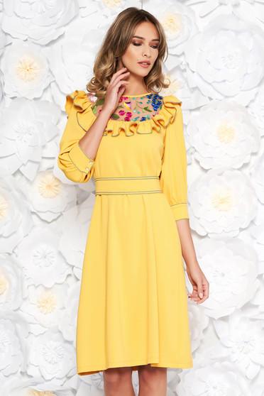 Sárga LaDonna elegáns bő szabású ruha enyhén rugalmas szövet hímzett belső béléssel övvel ellátva