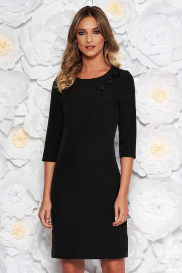 Fekete elegáns ruha enyhén elasztikus szövet belső béléssel hímzett betétekkel