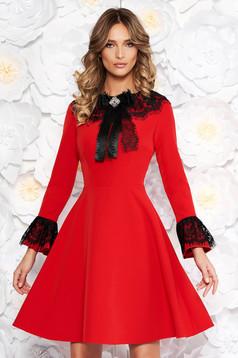 Piros elegáns harang ruha enyhén rugalmas szövet belső béléssel csipke díszítéssel