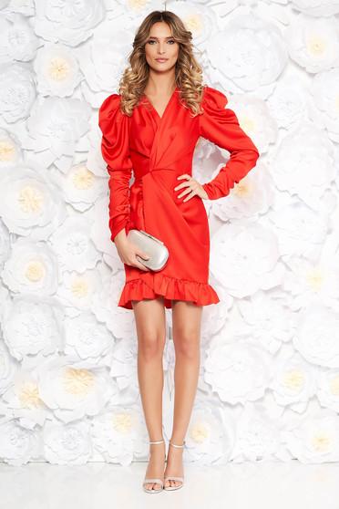Piros Ana Radu ruha szűk szabás szatén anyagból v-dekoltázzsal fodrok a ruha alján