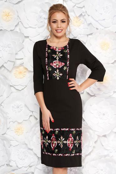 Fekete elegáns ruha egyenes szabás enyhén rugalmas anyag hímzett betétekkel