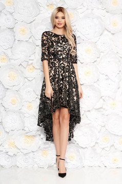 Fekete estélyi ruha aszimetrikus csipkés anyag flitteres díszítéssel belső béléssel