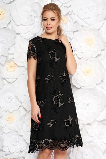 Fekete alkalmi bő szabású ruha csipkés anyag flitteres díszítés belső béléssel