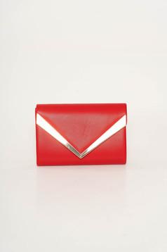 Piros táska műbőr hosszú lánc típusú pánt valamint rövid fémes kiegészítő