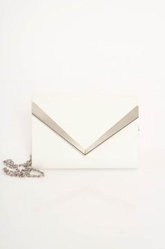 Fehér táska műbőr hosszú lánc típusú pánt valamint rövid fémes kiegészítő