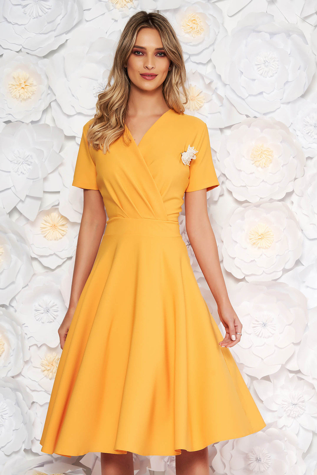 dee0209e6f Sárga elegáns harang ruha vékony, rugalmas szövet bross kiegészítővel