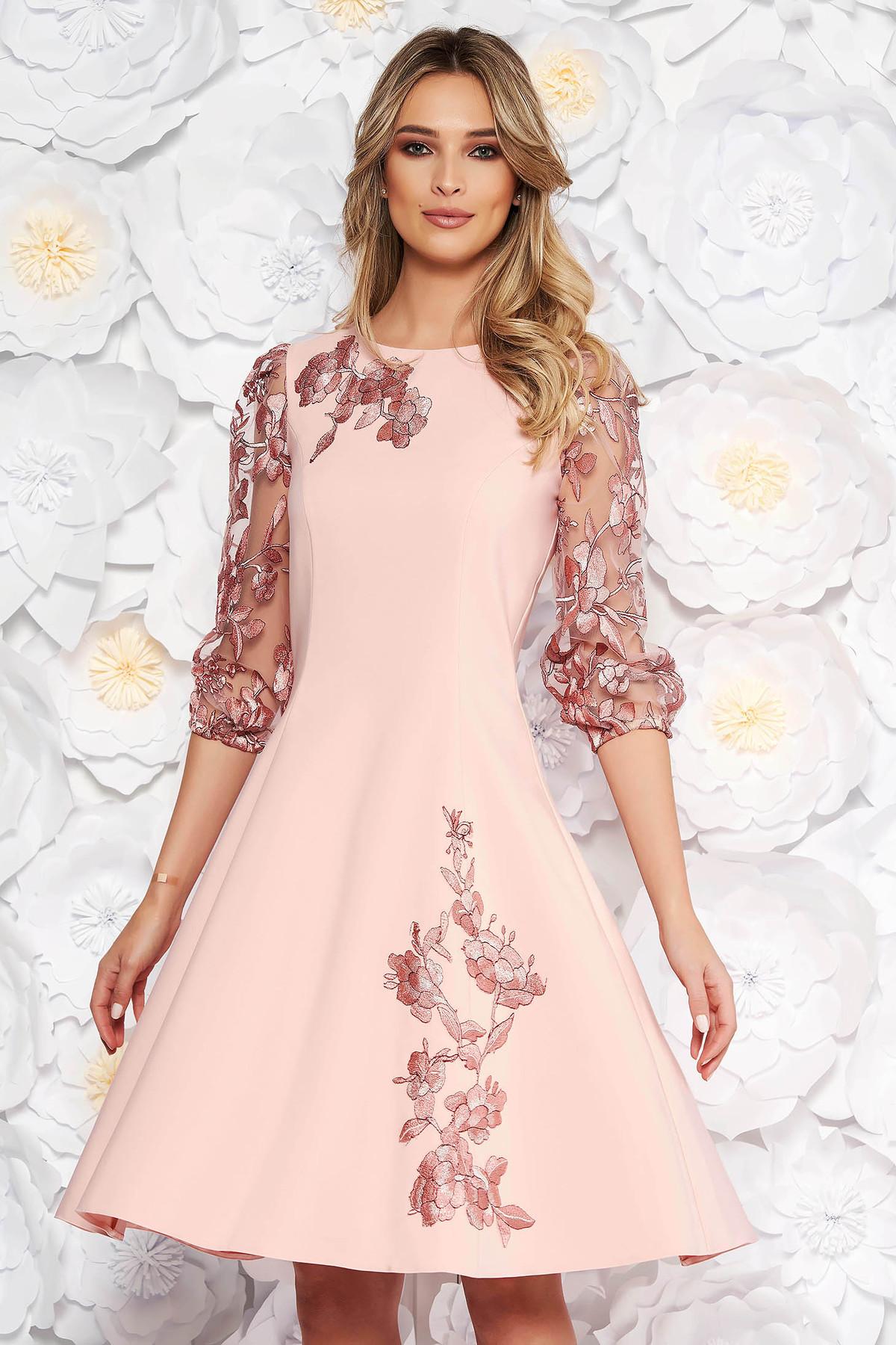 f8c849b06e Rózsaszínű LaDonna elegáns harang ruha háromnegyedes ujjú hímzett betétekkel