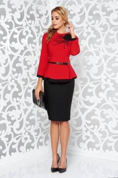 188273ca27 Piros elegáns két részes női kosztüm gyöngyös díszítés öv típusú  kiegészítővel szűk szabás
